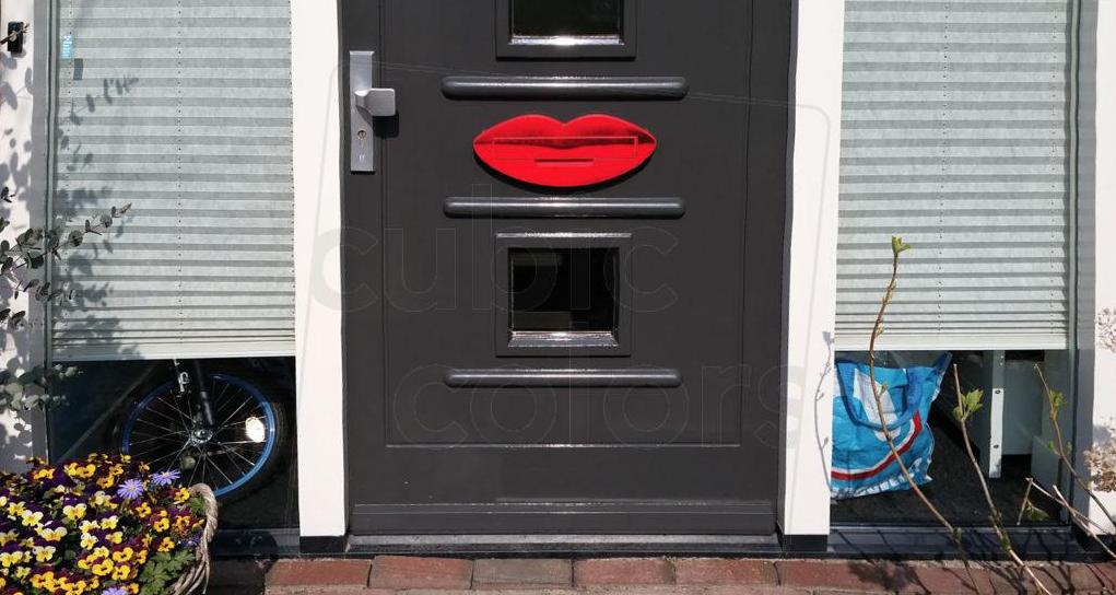 Briefplaat in de vorm van rode lippen